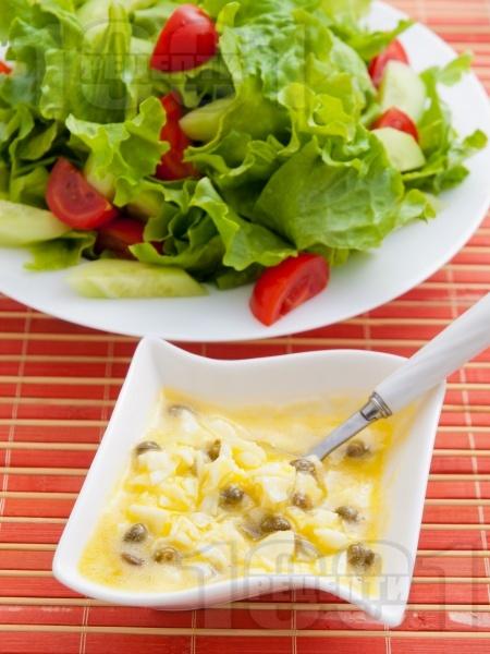Зелена салата с дресинг от яйца и каперси - снимка на рецептата